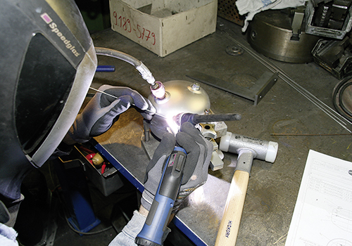 ABITIG® GRIP 450 W SC hand-held burner from ABICOR BINZEL in use at SAMSON AG